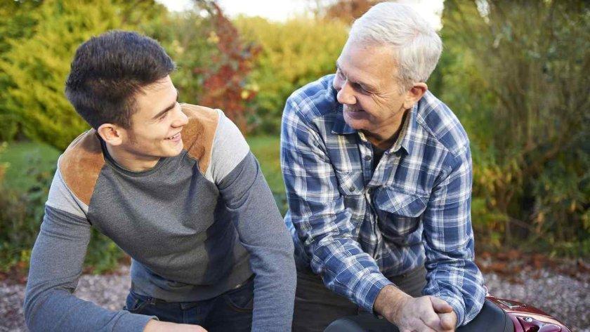 padre-e-hijo-hablando-y-sonriendo